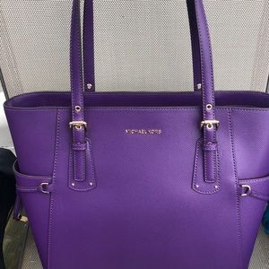 💜Michael Kors Voyager EW Leather Tote💜